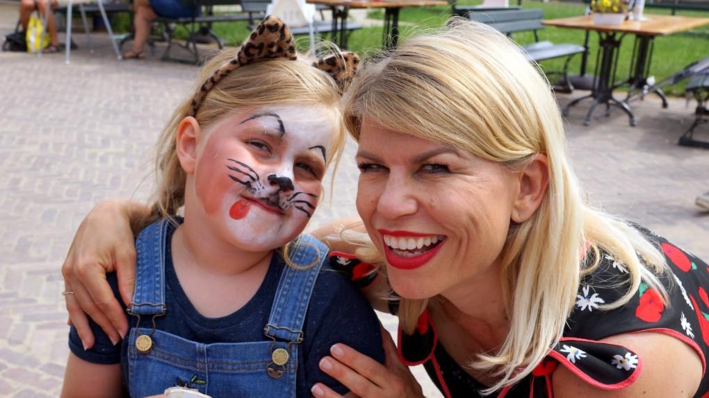 een luipaard en Anne-Marie op de Rett Familiedag